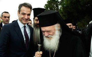 Ο Κυρ. Μητσοτάκης και ο Αρχιεπίσκοπος Ιερώνυμος, κατά τη χθεσινή επίσκεψή τους στον βρεφονηπιακό σταθμό «Βαφειαδάκειον».