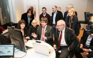 Ο Κάρλες Πουτζντεμόν παρακολουθεί από τις Βρυξέλλες τα αποτελέσματα στην Καταλωνία: οι εθνικιστές διατήρησαν την πλειοψηφία στο κοινοβούλιο.