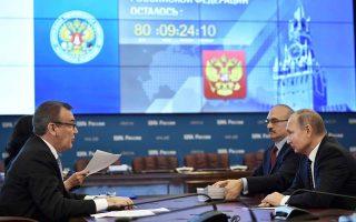 Ο Ρώσος πρόεδρος Βλαντιμίρ Πούτιν επισκέφθηκε χθες την κεντρική εκλογική επιτροπή για να καταθέσει τα δικαιολογητικά για την υποψηφιότητά του.