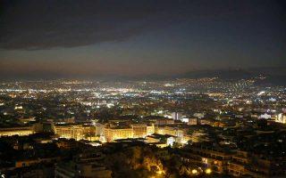 Πυκνό νέφος που έκανε την ατμόσφαιρα αποπνικτική, προχθές, πάνω από την Αθήνα.