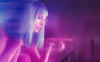 Ο Ράιαν Γκόσλινγκ αντιμέτωπος με το ολόγραμμα: το νέο «Blade Runner» ήταν ένα ισορροπημένο μείγμα εντυπωσιακών οπτικών εφέ και vintage κινηματογραφίας, από τα καλύτερα της χρονιάς.
