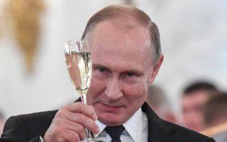 Ο Βλαντιμίρ Πούτιν κάνει μια πρόποση στη διάρκεια απονομής μεταλλίων για Ρώσους που υπηρέτησαν στη Συρία, στο Κρεμλίνο.