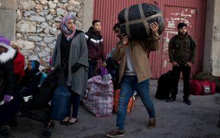 Yπό την πίεση της εκρηκτικής κατάστασης στα νησιά, η κυβέρνηση έχει αρχίσει να ανοίγει «παράθυρα» για τη μεταφορά προσφύγων στην ενδοχώρα.