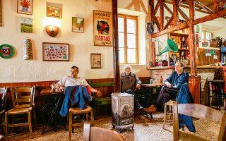 Παραδοσιακό καφενείο στην πλατεία του Κοσμά. (Φωτογραφία: ΜΠΑΜΠΗΣ ΓΚΙΡΙΤΖΙΩΤΗΣ)