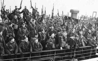 Λίγο μετά την έναρξη του πολέμου στην Ευρώπη, μετά από ένα ήρεμο ταξίδι στον Ατλαντικό, το πρώτο καναδικό σύνταγμα καταφθάνει στη Μεγάλη Βρετανία, όπου θα εκπαιδευτεί για ένα μικρό διάστημα, προτού μεταβεί στη Γαλλία, για να στηρίξει τη συμμαχική προσπάθεια εναντίον της επέλασης του Τρίτου Ράιχ, το 1939. (ΑP Photo)