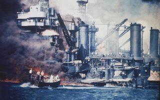 Αεροσκάφη της 1ης μοίρας αεροπλανοφόρων του αυτοκρατορικού ιαπωνικού στόλου πραγματοποιούν επίθεση «έκπληξη» στην αμερικανική ναυτική βάση του Περλ Χάρμπορ, λίγα χιλιόμετρα βορειοδυτικά της Χονολουλού, στη Χαβάη, επιφέροντας σημαντικές απώλειες στους Αμερικανούς (περισσότεροι από 2.400 νεκροί, τουλάχιστον 1.000 τραυματίες, καθώς και εκτεταμένες ζημιές) και οδηγώντας στην είσοδο των Ηνωμένων Πολιτειών στον Β' Παγκόσμιο Πόλεμο, η οποία αποδείχθηκε καθοριστική για την έκβαση του. (AP Photo)