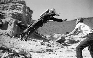 «Ο Κομάντο Κόντι, o κυρίαρχος του σύμπαντος», τον οποίο υποδύεται ο Αμερικανός ηθοποιός Τζορτζ Ουάλας, φαίνεται ότι έστω στιγμιαία αψηφά τον νόμο της βαρύτητας, καθώς προσγειώνεται στα χέρια ενός φροντιστή, σε ένα «πρωτόγονο» ειδικό εφέ, κατά την παραγωγή της ταινίας «Radar Men from the Moon», στο Φαράγγι Ρεντ Ροκ στην έρημο Μοχάβι, νοτιοδυτικά του Χόλιγουντ, το 1951. (AP Photo)