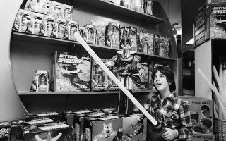 Ο «Πόλεμος των Άστρων», η πρώτη κινηματογραφική ταινία του δημοφιλούς κινηματογραφικού franchise του Star Wars, αφού έγινε η μεγαλύτερη εισπρακτική επιτυχία της ιστορίας (τίτλο που διατήρησε μέχρι το 1982, όταν την ξεπέρασε ο «Ε.Τ. ο Εξωγήινος» του Στίβεν Σπίλμπεργκ) κατάφερε να κυριαρχήσει και στα καταστήματα παιχνιδιών τα Χριστούγεννα της κυκλοφορίας του, το 1977. Εδώ, ένα νεαρό αγόρι σε κατάστημα της Νέας Υόρκης παρατηρεί αποσβολωμένο ένα «φωτόσπαθο», το σήμα κατατεθέν της κινηματογραφικής σειράς, ανάμεσα σε άλλα παιχνίδια διαστημικής θεματολογίας. (AP Photo/Marty Lederhandler)