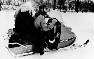 Η εμβληματική μορφή των Σκαθαριών, Τζον Λένον, και η σύζυγος του, Γιόκο Όνο, πραγματοποιούν την πρώτη τους κούρσα με ένα ειδικό όχημα για το χιόνι, στη χιονισμένη φάρμα του μουσικού του ροκ εν ρολ, Ρόνι Χόκινς, στο Oντάριο του Καναδά, το 1969. Το ζεύγος επισκέφθηκε τη φάρμα στο πλαίσιο μιας χριστουγεννιάτικης καμπάνιας για την ειρήνη. (AP Photo)