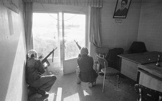 Ένοπλα μέλη του Ρεπουμπλικανικού Μουσουλμανικού Λαϊκού Κόμματος, το οποίο υποστηρίζει τον σιίτη αρχιερέα Αγιατολάχ Σαριατμαντάρι, βρίσκονται σε επιφυλακή στα γραφεία του κόμματος στην πόλη Ταμπρίζ, μετά από συγκρούσεις με τους Φρουρούς της Επανάστασης του Αγιατολάχ Χομεϊνί, το 1979. Ο Σαριατμαντάρι ήταν αντίθετος με τη συμμετοχή των ιερέων στη διακυβέρνηση της χώρας, την οποία πρέσβευε ο ηγέτης της Ιρανικής Επανάστασης, Αγιατολάχ Χομεϊνί, ενώ επίσης αντιτάχθηκε στην κατάληψη της αμερικανικής πρεσβείας και την ομηρία των υπαλλήλων της από ισλαμιστές φοιτητές, με αποτέλεσμα να έρθει σε ρήξη με τον θρησκευτικό και πολιτικό ηγέτη του Ιράν. (AP Photo/Jacques Langevin)