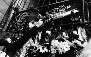 Ο Τζόν Λένον, μία από τις εμβληματικότερες μουσικές και όχι μόνο φυσιογνωμίες του 20ου αιώνα, δολοφονείται έξω από την οικία του από τον «οπαδό» του, Μάρκ Τσάπμαν, στο ιστορικό κτίριο διαμερισμάτων Ντακότα, στο Μανχάταν της Νέας Υόρκης, το 1980. (AP Photo/Miguel Arjmil)