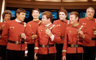 Τα κύρια μέλη του πρώτου πληρώματος του αστρόπλοιου Enterprise, ο κυβερνήτης Τζέιμς Τ. Κερκ (Γούιλιαμ Σάτνερ), ο πρώτος αξιωματικός και αξιωματικός Επιστημών Σποκ (Λέοναρντ Νίμοι), ο γιατρός Λέοναρντ ΜακΚόι (ΝτεΦόρεστ Κέλι), η αξιωματικός Επικοινωνιών Ουχούρα (Νισέλ Νίκολς), ο πλοηγός Τσέχοφ (Γουόλτερ Κένινγκ), ο πηδαλιούχος Σούλου (Τζορτζ Τάκει) και ο μηχανικός Σκότι (Τζέιμς Ντούχαν), παραδίδουν συνέντευξη Τύπου στα στούντιο της Paramount για τη νέα κινηματογραφική ταινία του σύμπαντος του Star Trek, Star Trek V: The Final Frontier, to 1988. Σκηνοθέτης της νέας αυτής περιπέτειας του θρυλικού διαστημόπλοιου υπήρξε ο ίδιος ο Γουίλιαμ Σάτνερ. (AP Photo/Bob Galbraith)