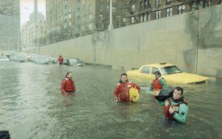 Αστυνομικοί με ειδικό εξοπλισμό ψάχνουν τα μισοβυθισμένα αυτοκίνητα για εγκλωβισμένους ανθρώπους, στην πλημμυρισμένη λεωφόρο FDR του Μανχάταν , στη Νέα Υόρκη, μετά από μία σφοδρή καταιγίδα, το 1992. (AP Photo/Alex Brandon)