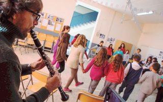 Ο κλαρινετίστας Σπύρος Τζέκος συνοδεύει το παιδικό εκπαιδευτικό εργαστήριο του φεστιβάλ.