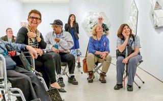 Επισκέπτες με προβλήματα όρασης περιηγούνται στις συλλογές του Μουσείου Γκούγκενχαϊμ της Νέας Υόρκης με το πρόγραμμα «The mind's eye».