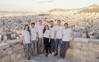 """«Οι νέοι, είτε ζουν στην Ελλάδα είτε στο εξωτερικό, αγαπούν με πάθος τη χώρα μας και θέλουν να της δώσουν το """"φιλί της ζωής""""», λένε τα μέλη του «Φιλότιμου»."""