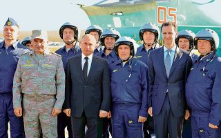 Η Ρωσία αποχωρεί από τη Συρία. Ο Ρώσος υπουργός Αμυνας Σεργκέι Σοϊγκού, δεύτερος από αριστερά, ο πρόεδρος της χώρας Βλαντιμίρ Πούτιν και ο Σύρος ομόλογός του Μπασάρ αλ Ασαντ ποζάρουν μαζί με τους Ρώσους πιλότους στην αεροπορική βάση Χμέιμιμ στη Συρία. Κηρύσσοντας τη νίκη, ο Πούτιν ανακοίνωσε μερική αποχώρηση των ρωσικών δυνάμεων από τη χώρα. Στη συνέχεια μετέβη στην Αίγυπτο, όπου συνήψε συμφωνία ύψους 21 δισ. δολαρίων για τη λειτουργία πυρηνικού σταθμού, για να καταλήξει αργά το βράδυ στην Τουρκία.