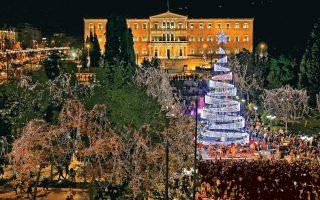 Η Αθήνα ανέκτησε το έλατό της και η πλατεία Συντάγματος κάτι από τη χαμένη φαντασμαγορία της πόλης. Το χριστουγεννιάτικο δέντρο «άναψε» προχθές το βράδυ από τον δήμαρχο Αθηναίων Γιώργο Καμίνη, που κήρυξε την έναρξη των εορταστικών εκδηλώσεων στην πρωτεύουσα. Υψους 23 μέτρων το χριστουγεννιάτικο δέντρο, είναι κατασκευασμένο από σίδερο και σύρμα και φέρει την υπογραφή του σκηνογράφου Μανόλη Παντελιδάκη. Είναι ένα δέντρο που παραμένει «διακριτικό» με το φως της ημέρας, αλλά κλέβει τις εντυπώσεις τη νύχτα.