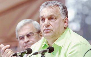 Οι εκλεκτοί φίλοι του πρωθυπουργού Ορμπαν –Μέζαρος, Σιμίτσκα, Γκαράντσι και Τιμπόρτζ– ανέλαβαν την εκτέλεση του 5% των συμβολαίων του κράτους. Η Διεθνής Διαφάνεια διαπίστωσε ότι τα συμβόλαια της Ουγγαρίας είναι κατά 25% υπερτιμημένα σε σύγκριση με τις τιμές της αγοράς.