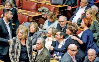 Ο υπέροχος κόσμος της Ριζοσπαστικής Αριστεράς. Ολοι οι ήρωές μας στο ίδιο κάδρο: η κ. Καρακώστα δίπλα στον πρωθυπουργό, τυλιγμένη στην πασμίνα της και ημιλιπόθυμη από τη συγκίνηση. Μπροστά από την κ. Καρακώστα, έκθαμβη η Σία μας, με κόμμωση τύπου «κράνος», εμφανώς εμπνευσμένη από το τελευταίο «Star Wars». Κάτω δεξιά στη φωτογραφία, ο Teletubby, με την κεραία στην κορυφή του κρανίου και συντροφιά τον Νάσο Αθανασίου με τη γραβάτα του. Επάνω αριστερά, το νέο ταλέντο της Κ.Ο. του ΣΥΡΙΖΑ, ο Π. Κωνσταντινέας, πρώην διαιτητής και νυν χούλιγκαν των τηλεπαραθύρων. (Το στιγμιότυπο είναι από την ψήφιση του προϋπολογισμού.)