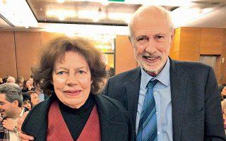 Ο βραβευθείς Αγγελος Δεληβορριάς με τη σύζυγό του Μαρία στην αίθουσα της Βιβλιοθήκης «Λίλιαν Βουδούρη».