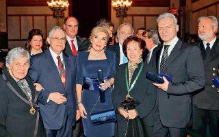 Στη βράβευση της Ακαδημίας Αθηνών: από αριστερά, η Κική Δημουλά, ο πρόεδρος Λουκάς Παπαδήμος, η Μαριάννα Βαρδινογιάννη, η Αννα Ψαρούδα Μπενάκη και ο Αλέξης Καλοκαιρινός, που εκπροσωπεί τη βραβευθείσα Εταιρεία Κρητικών Μελετών.