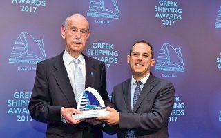 Ο Παύλος Ιωαννίδης παραλαμβάνει το βραβείο Lifetime Achievement Award από τον Μάριο Δημητριάδη, υπ. Μεταφορών της Κύπρου.