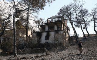 Καμένη κατοικία στην ανατολική Αττική. Οι κάτοικοι των περιοχών που επλήγησαν από τις πυρκαγιές τον Αύγουστο περιμένουν ακόμη τη δημοσίευση της Κοινής Υπουργικής Απόφασης στο ΦΕΚ για να αποζημιωθούν.