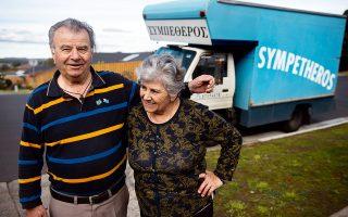 Ο Νίκος Τζουμανέκας είναι γνωστός στους δρόμους της Μελβούρνης ως «Συμπέθερος», όπως είναι η επωνυμία της επιχείρησής του. Στο πλάι του η αγαπημένη του γυναίκα. Οι δυο τους παίρνουν σύνταξη από το αυστραλιανό κράτος. Φωτογραφίες: Άγγελος Γιωτόπουλος