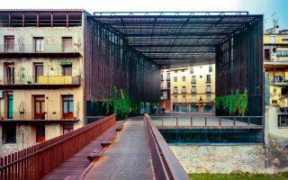 Στο Ριπόλ της Τζιρόνα, στη θέση του πρώην θεάτρου La Lira, οι RCR τοποθετούν ένα χαλύβδινο διάτρητο πλαίσιο που στεγάζει έναν δημόσιο ανοιχτό χώρο και μια μεταλλική γέφυρα πεζών που διασχίζει το ποτάμι.