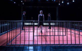 Σκηνή από την  παράσταση «Η Επανένωση της Βόρειας με τη Νότια Κορέα (ΙΙ)»,  σε σκηνοθεσία του Νίκου Μαστοράκη, στο Θέατρο Τέχνης.