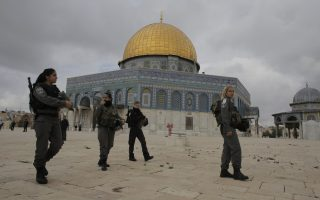 Israeli border police officers walks in front of the Dome of the Rock on the compound known to Muslims as Noble Sanctuary and to Jews as Temple Mount in Jerusalem's Old City November 5, 2014. Israeli security forces hurling stun grenades clashed with Palestinian stone-throwers at al-Aqsa mosque - a confrontation that has played out frequently over the past several weeks. REUTERS/Ammar Awad (JERUSALEM - Tags: POLITICS CIVIL UNREST RELIGION)