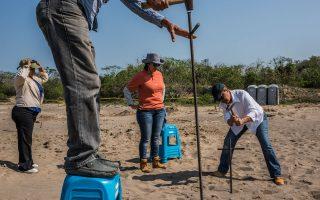 Οι φτωχοί γονείς που έχουν χάσει τα παιδιά τους πάνε σε ερημικές περιοχές που μπορεί να έχουν ομαδικούς τάφους με σιδερόβεργες. Τις καρφώνουν στο χώμα κι έπειτα τις μυρίζουν: αναζητούν την οσμή πτωμαΐνης.
