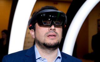 Ο Υπουργός Ψηφιακής Πολιτικής, Τηλεπικοινωνιών και Ενημέρωσης, κ. Νίκος Παππάς, γνωρίζοντας τη μοναδική εμπειρία του HoloLens.