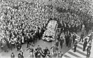 Οι λαϊκές εκδηλώσεις οδύνης στην κηδεία του Γ. Παπανδρέου αποτέλεσαν την πρώτη μαζική αντιστασιακή πράξη.