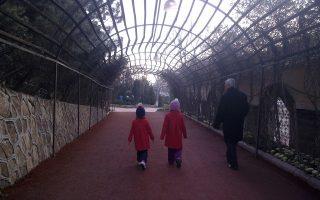Δύο κορίτσια οικογένειας Τούρκων φυγάδων στην Τουρκία με τον παππού τους προτού περάσουν στην Ελλάδα με τη βοήθεια διακινητή.
