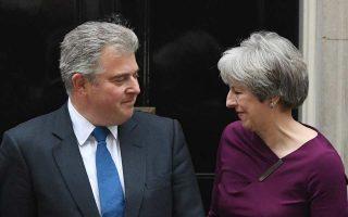 Η Βρετανίδα πρωθυπουργός Τερέζα Μέι με τον νεοδιορισθέντα αντιπρόεδρο των Τόρις Μπ. Λιούις.