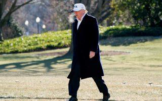 Ο πρόεδρος των ΗΠΑ Ντόναλντ Τραμπ περπατάει σκεπτικός στον κήπο του Λευκού Οίκου, μετά την επιστροφή του από το Καμπ Ντέιβιντ.