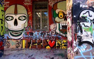 Πλήρως καλυμμένοι τοίχοι με γκράφιτι και μουντζούρες σε κάθε κτίριο.