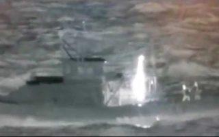 Στιγμιότυπο από βίντεο μέσω θερμικής κάμερας, το οποίο καταγράφει το πλήρωμα του σκάφους «Μurat Terzi» να ρίχνει στη θάλασσα τα δέματα.