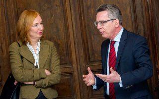 Η Εμιλι Χάμπερ, γ.γ. του υπουργείου Εσωτερικών, με τον υπουργό Τόμας ντε Μεζιέρ.
