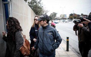 Ο Τούρκος στρατιωτικός εισέρχεται στο κτίριο της Υπηρεσίας Ασύλου, μετά την προσωρινή αναστολή της απόφασης για χορήγηση ασύλου.