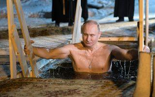 Ο ρωμαλέος. Ούτε αχ κρύο, ούτε τίποτα. Σοβαρός σοβαρός και ψύχραιμος μπήκε νύχτα στα παγωμένα νερά κάνοντας τον σταυρό του για να γιορτάσει τα Θεοφάνια. Για άλλη μια φορά ο πρόεδρος Πούτιν έδειξε την ρώμη του λίγο πριν ξεκινήσει η  κούρσα για τη προεκλογική περίοδο. Sputnik/Alexei Druzhinin/Kremlin via REUTERS