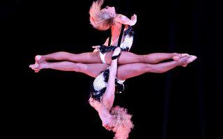Εναέριοι κατοπτρισμοί. Για άλλη μια χρονιά το κρατίδιο του Μονακό φιλοξένησε τσίρκα από όλον τον κόσμο στο πλαίσιο του 42th Monte-Carlo International Circus Festival. Ακροβάτες, κλόουν και δυστυχώς θηριοδαμαστές, εντυπωσίασαν με την τόλμη και την τέχνη τους το κοινό. Ανάμεσα σε αυτούς και οι εικονιζόμενες Maryna και Esmira από το  Circus Theatre Bingo.  REUTERS/Claude Paris