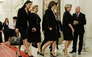 Ψηλά τακούνια στο κοινοβούλιο. Ψήφο εμπιστοσύνης πήρε η κυβέρνηση της εικονιζόμενης προπορευόμενης Viorica Dancila, κάνοντάς την την πρώτη γυναίκα πρωθυπουργό στην ιστορία της Ρουμανίας. Η κυβέρνηση της Dancila (μέλη της οποίας φαίνονται στην φωτογραφία), αποτελείται από σοσιαλδημοκράτες και φιλελευθέρους και  κατάφερε να συγκεντρώσει 282 ψήφους από τους 233 που απαιτούνταν.  Inquam Photos/George Calin via REUTERS
