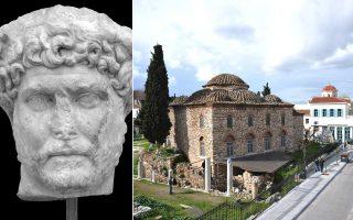 Εικονιστική κεφαλή Αδριανού. Βρέθηκε το 1987 νότια της Ρωμαϊκής Αγοράς. Δεξιά, τo πρόσφατα ανακαινισμένο Φετιχιέ τζαμί υποδέχεται τον Ρωμαίο αυτοκράτορα που αγάπησε την Αθήνα.
