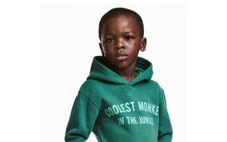 Η επίμαχη μπλούζα της H&M που αποσύρθηκε ως ρατσιστική.