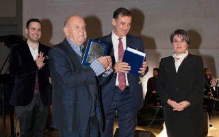 Ο πρύτανης του Πανεπιστημίου Αθηνών, καθηγητής Μελέτιος Αθανάσιος Δημόπουλος, με τον συνθέτη Μίμη Πλέσσα.