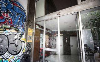 Η είσοδος του συμβολαιογραφείου στα Εξάρχεια, το οποίο δέχθηκε χθες το πρωί την επίθεση από μέλη της αναρχικής ομάδας «Ρουβίκωνας».