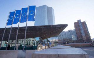 Μετά την ανακοίνωση των πρακτικών της ΕΚΤ, το ευρώ σημείωσε άνοδο σχεδόν κατά ένα σεντ και έφθασε στο 1,2039 δολ. Οι επενδυτές θεωρούν ότι οι μεταβολές στην επικοινωνιακή στάση της ΕΚΤ προμηνύουν τη σταδιακή κατάργηση του QE το 2018.
